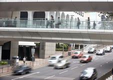 Trafik längs den upptagna Hong Kong gatan Royaltyfri Bild