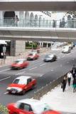 Trafik längs den upptagna Hong Kong gatan Royaltyfria Bilder
