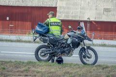 Trafik Marshall bredvid hans moped Fotografering för Bildbyråer