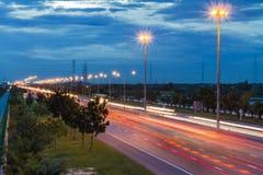 Trafik med ljusa trails Arkivfoton