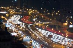 Trafik med rörelsebilar på flernivå-huvudvägen arkivbild