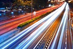 Trafik med suddiga spår från bilar Royaltyfria Bilder