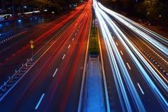 Trafik med suddiga spår från bilar Arkivfoto