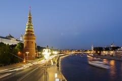 Trafik nära Kreml i Moskva Arkivfoton