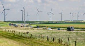 Trafik och allott av väderkvarnar, för hållbar energi Royaltyfria Bilder