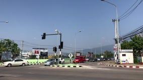 Trafik och bil på huvudvägvägen i chiangmaistad arkivfilmer