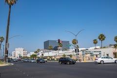 Trafik och byggnader i Beverly Hills Royaltyfri Bild