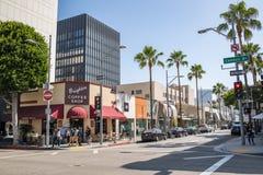 Trafik och byggnader i Beverly Hills Royaltyfri Foto