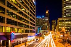 Trafik och byggnader på den ljusa gatan på natten, i i stadens centrum Balt Royaltyfria Foton