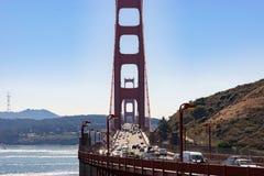 Trafik och folk på den iconic Golden gate bridge i San Francisco California arkivfoto