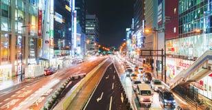 Trafik och folk som flyttar sig till och med Osaka på natten arkivfoton