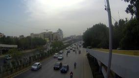 Trafik- och körningsuppförande i Karachi stock video
