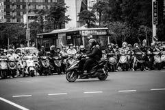 Trafik och mopeder i Taipei Arkivbild