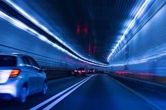Trafik och sakta slutare på tunnelen New York till nytt - ärmlös tröja royaltyfria foton