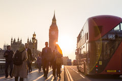 Trafik och slumpmässigt folk på den Westminster bron i solnedgång, London, UK Fotografering för Bildbyråer