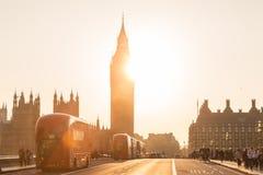 Trafik och slumpmässigt folk på den Westminster bron i solnedgång, London, UK Royaltyfria Foton