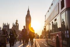 Trafik och slumpmässigt folk på den Westminster bron i solnedgång, London, UK Arkivfoton