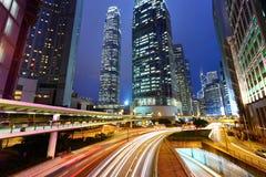 Trafik och stads- på natten arkivbild