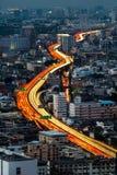 Trafik och suddiga ljusa slingor Fotografering för Bildbyråer