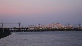 Trafik på bro- och folksimning i floden, XI ', shaanxi, Kina stock video