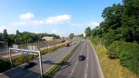 Trafik på den andra Obwodnica gatan i Krakow Gata nära den Krakow Podgorze järnvägsstationen lager videofilmer