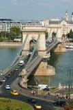 Trafik på den Chain bron, Budapest, Ungern Arkivbild