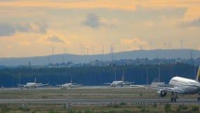 Trafik på den Frankfurt flygplatsen arkivfilmer