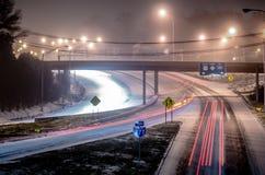 Trafik på den iskalla huvudvägen Royaltyfri Bild