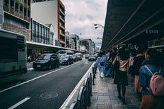 Trafik på den Kyoto huvudvägen förutom den shoppa gatan royaltyfri bild