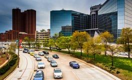Trafik på den ljusa gatan i Baltimore, Maryland Arkivfoton