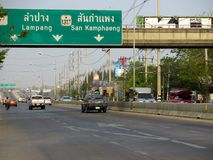 Trafik på den Mahidol vägen Arkivbild