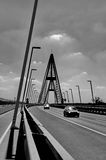 Trafik på den moderna bron Arkivbild