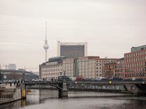 Trafik på den Reichstag banken med TVtornet i bakgrunden royaltyfria bilder
