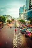 Trafik på den Sukhumvit vägen i Bangkok Royaltyfria Bilder