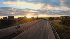Trafik på den tyska huvudvägen på den realtidssolnedgången stock video