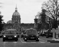 Trafik på den upptagna parisiska gatan Royaltyfria Bilder