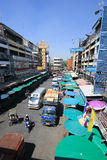 Trafik på den Wichayanon vägen Nära Kad Luang Arkivfoto