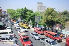 Trafik på den Wichayanon vägen Nära Kad Luang Royaltyfri Foto