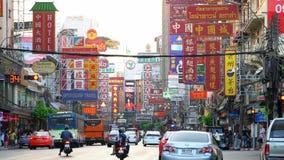 Trafik på den Yaowarat vägen, kineskvarter, Bangkok, Thailand lager videofilmer