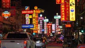 Trafik på den Yaowarat vägen på natten, kineskvarter, Bangkok, Thailand arkivfilmer