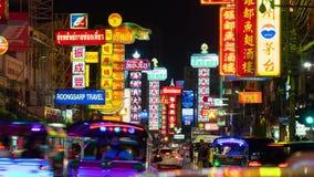 Trafik på den Yaowarat vägen på natten, kineskvarter, Bangkok, Thailand stock video