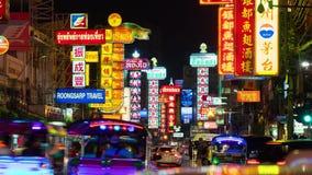Trafik på den Yaowarat vägen på natten, kineskvarter, Bangkok, Thailand lager videofilmer