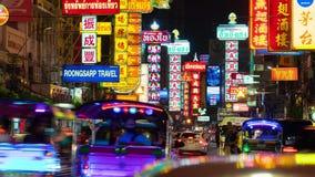 Trafik på den Yaowarat vägen Timelapse, kineskvarter, Bangkok, Thailand lager videofilmer