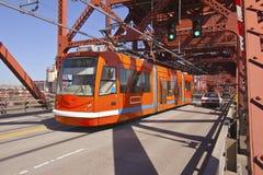 Trafik på en Broadway bro Arkivfoto