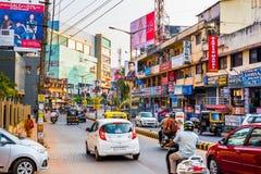 Trafik på en gata i i stadens centrum Mangalore arkivbild