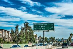 Trafik på en motorväg i Los Angeles Royaltyfri Fotografi