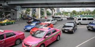 Trafik på en upptagen föreningspunkt i Bangkok Royaltyfri Bild