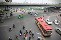 Trafik på en upptagen föreningspunkt i Bangkok Royaltyfria Foton