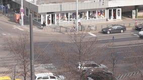 Trafik på gatahörnet stock video