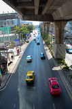 Trafik på gatan i Bangkok Arkivfoto
